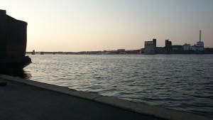 Skøn solnedgang med kig til Nørresundby - bare sidde og holde i hånd