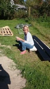 Mor holder pause i det skønne solskin