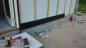 Vi sætter den første fibercement planke på - vi bruge Shera Plank