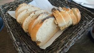 Claus bager franskbrød og brunsviger imens jeg sidder og arbejder (hjemmearbejdsplads)