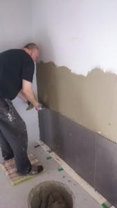 Claus er en knag og nu er han ved at lære at sætte fliser op.. vi har valgt en sort 30x60 til væggen ved bad..