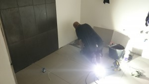Så er det gulvet.. store grå 60x60 fliser.. så det går hurtigt..