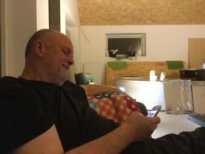 Afslapning i den bette grå topersoners sofa