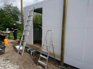 10x10 trykimprenerede stolper sættes ned..