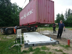 Kranen ankommet og containeren kommer på sin forhåbentlig sidste tur