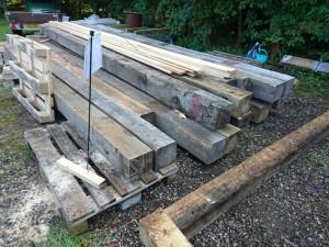 Vi vil bygge en veranda i hele husets længde, samt den skal nå over til container anneks... Claus har skaffet nogle gevalduge stolper på 20x20 cm og godt 6 m lange af kernetræ...