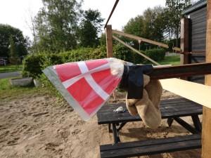 Selv med flag og klude på afstivningen, kan man godt knalde hovedet ind i dem... Av for den..