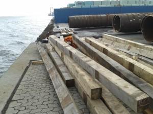 """Disse store 20x20 stolper har været brugt som """"madrasser"""" på havnen til fx jern konstruktioner."""