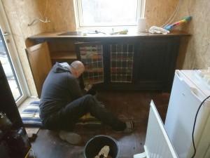 Claus maler den gamle egetræsskænk, som vi fandt i Rebil til 400kr