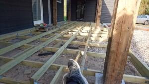 Bygger konstruktion til træterrassen