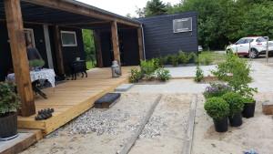 Vi ligger fliser, laver terrasse nummer tre og har fået plantet lidt