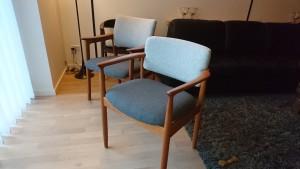 To styk gamle teaktræsstole færdig polstret.